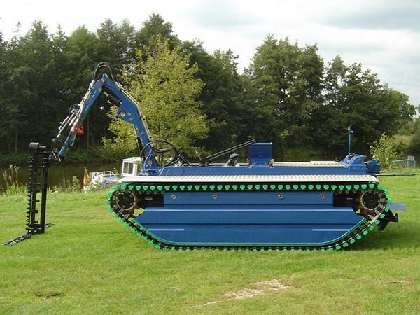 Water Cleaning Amphibious Vehicle